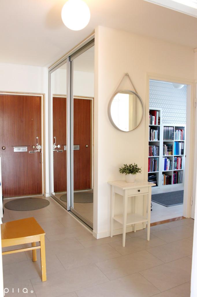 Asunnon alkuperäiskaapiston tilalle tehtiin liukuovikomero. Lisätilaa komerolle napattiin työhuoneen puolelta.