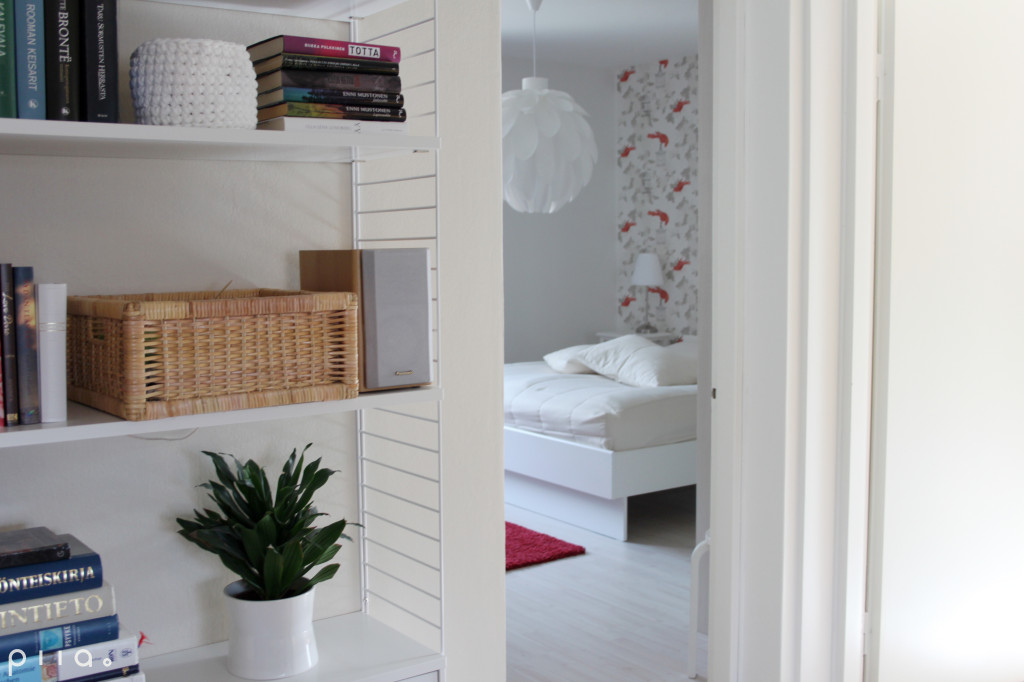 Makuuhuoneen tapetissa istuu puunoksilla lintuja. Valaisimen muotokielessä on sulkamaisuutta.