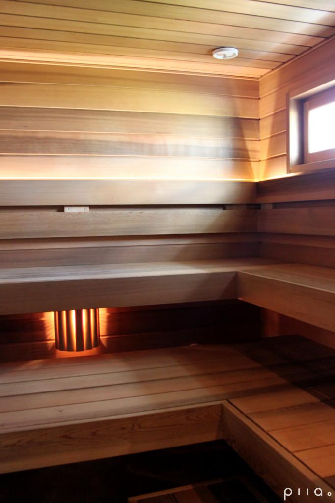 Sauna, jonka pinnat on tehty utuisensävyisellä jättiläistuijalla.